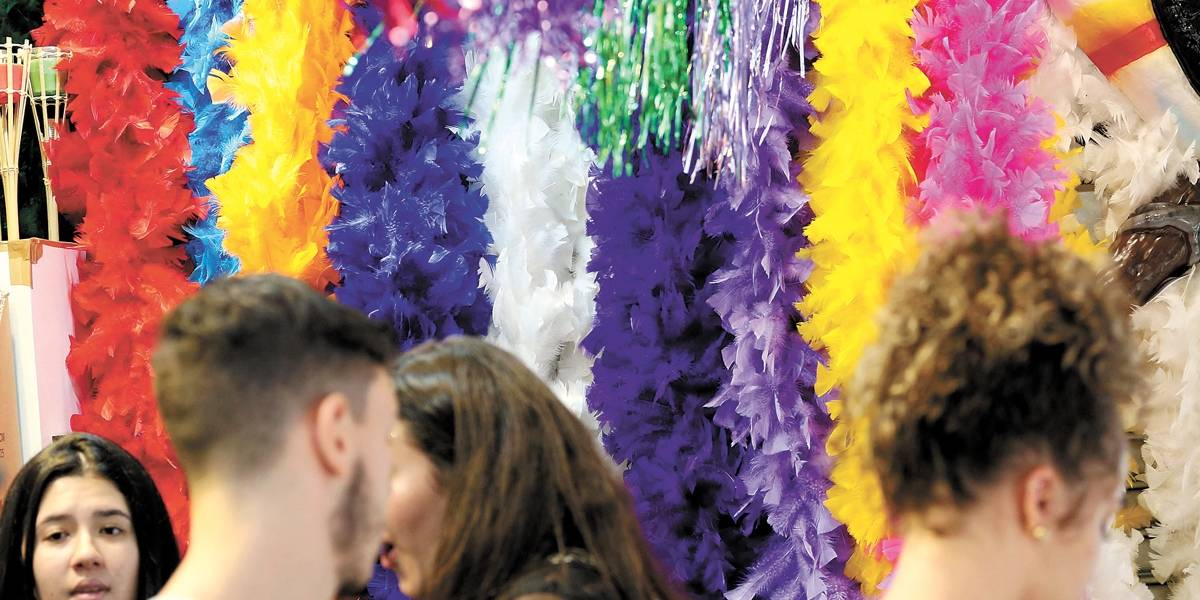 Foliões lotam comércio à procura de fantasias em São Paulo
