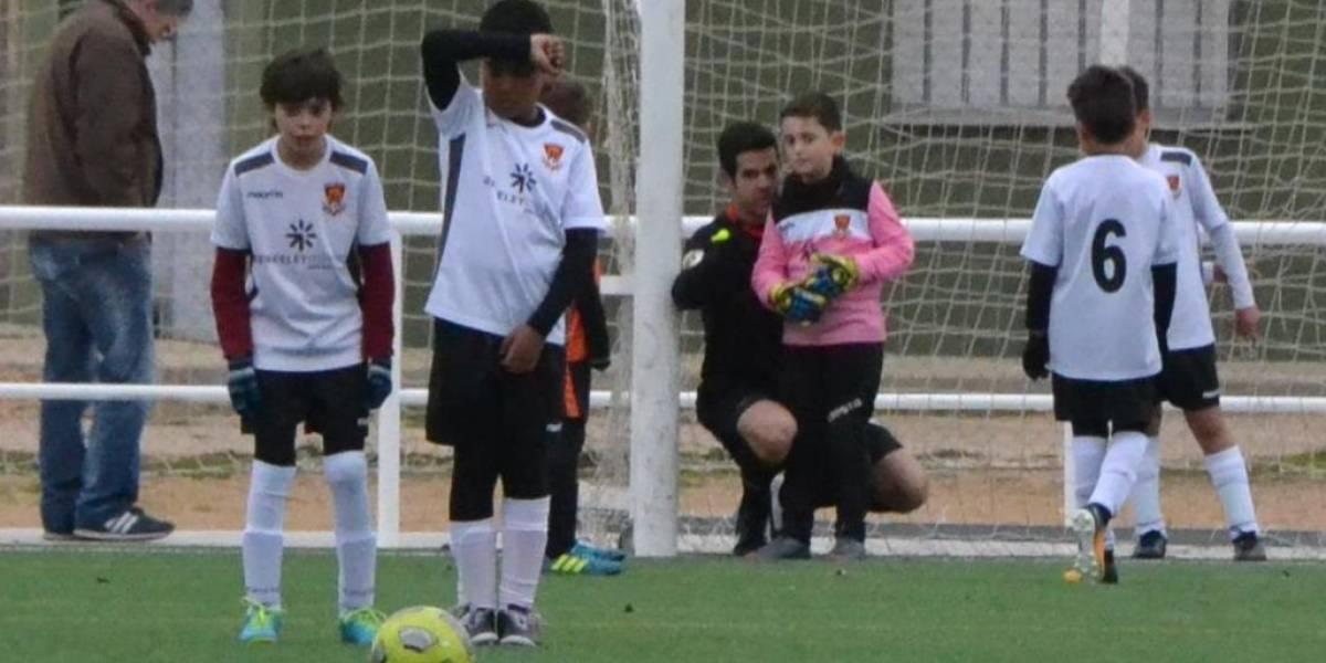 El increíble gesto de un árbitro de divisiones menores que le enseñó a un pequeño como armar la barrera en medio de un partido