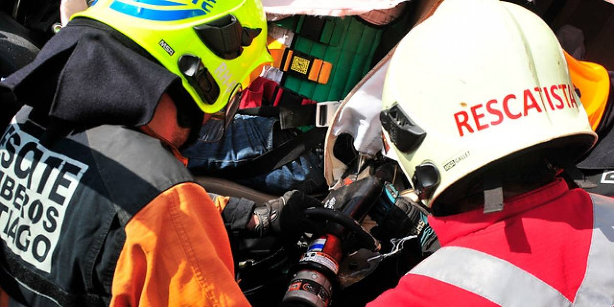 Lactante y sus padres en riesgo vital tras colisionar en taxi contra un camión en Colina