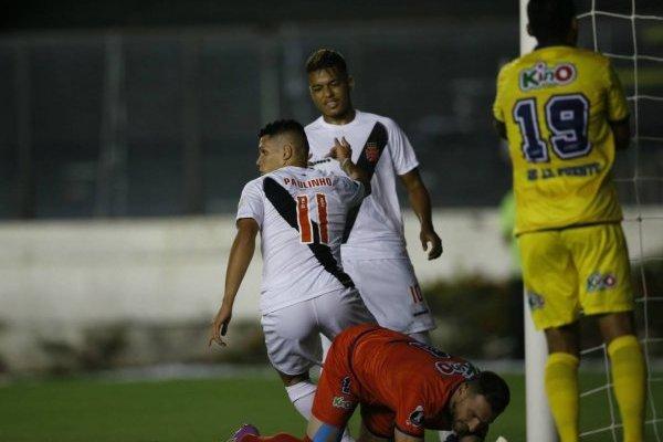 Paulinho celebrando la apertura de la cuenta a los 8 minutos para Vasco ante la U de Concepción en Río de Janeiro / Foto: AP