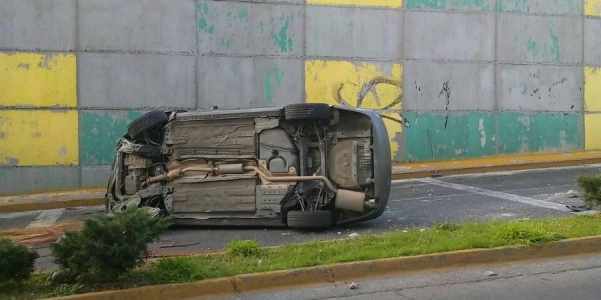 Cae automóvil del paso a desnivel de Niños Héroes e Inglaterra