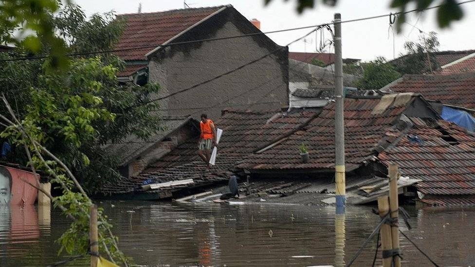 La perforación ilegal de de pozos hace a la capital de Indonesia más vulnerable a las inundaciones. Getty Images
