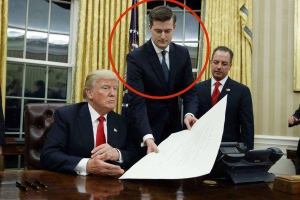 En esta fotografía de archivo del 20 de enero de 2017, el secretario de gabinete de la Casa Blanca, Rob Porter, al centro, le entrega al presidente Donald Trump una orden de confirmación de James Mattis como secretario de Defensa