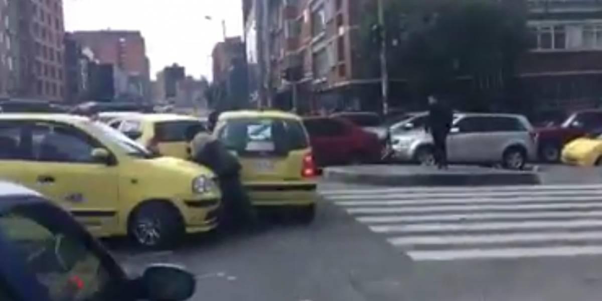 Video: ante la ausencia de la Policía este personaje hizo de oficial de Tránsito