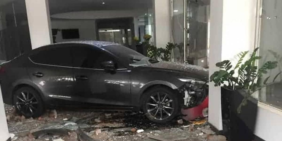 Mujer estrelló su carro contra motel en donde estaba su marido con la amante