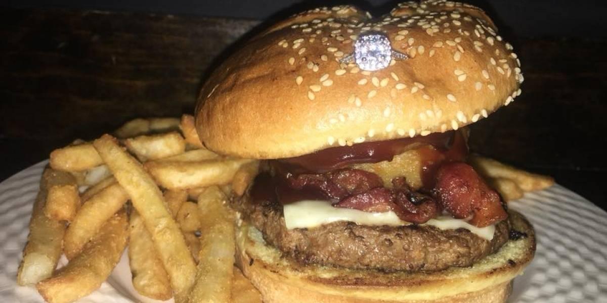 Com Dia dos Namorados chegando, restaurante aposta em hambúrguer com anel de noivado