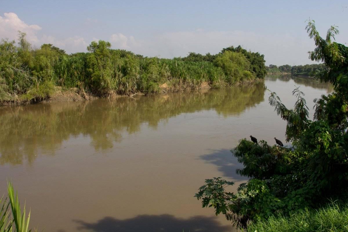 El río Cauca nace en el departamento que lleva el mismo nombre y atraviesa Cali por el oriente, hasta llegar a los límites con Yumbo.