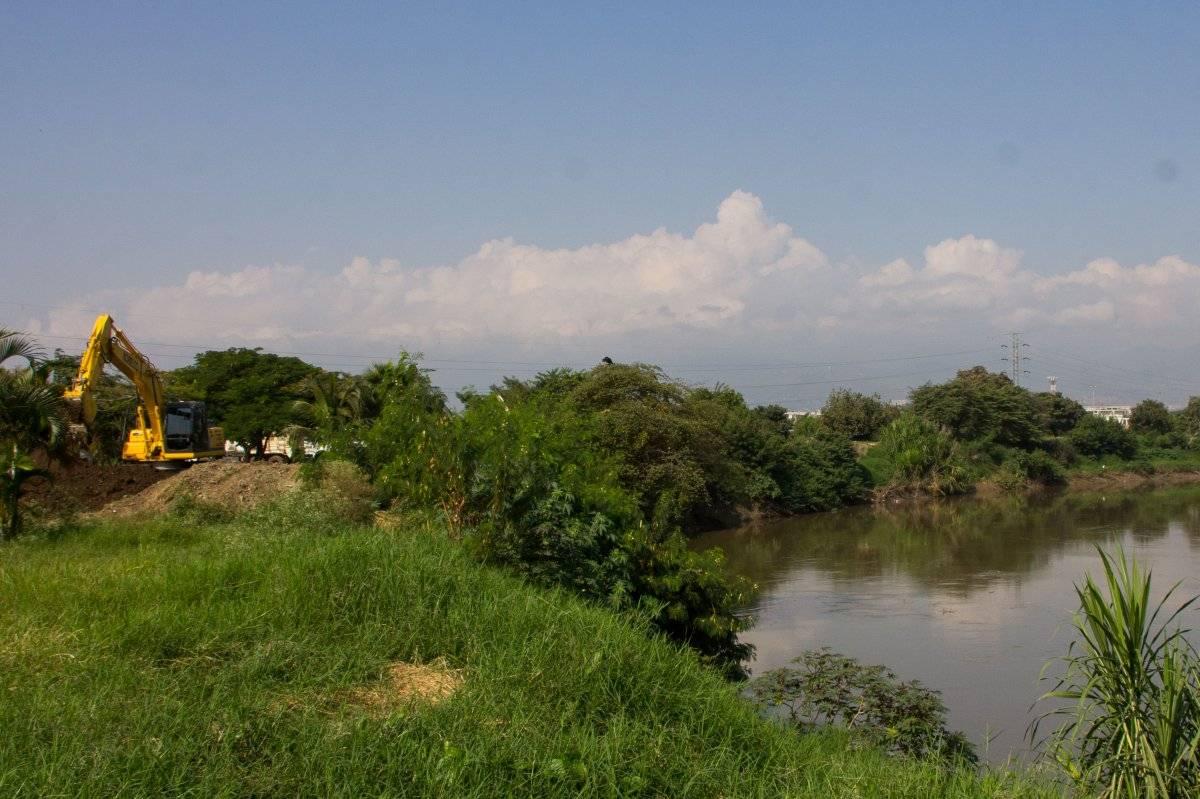 El farillón o jarillón se construyó para proteger a la ciudad de una posible inundación. Al fondo, la maquinaria con la que están recuperando el lugar. Foto: Hroy Chávez