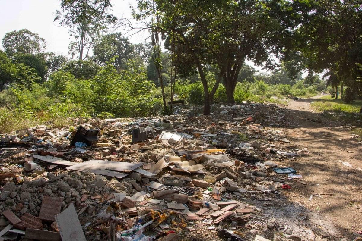 Cuando una vivienda sobre el dique es demolida, se dejan escombros en la zona para evitar que la vuelvan a ocupar. Foto: Hroy Chávez