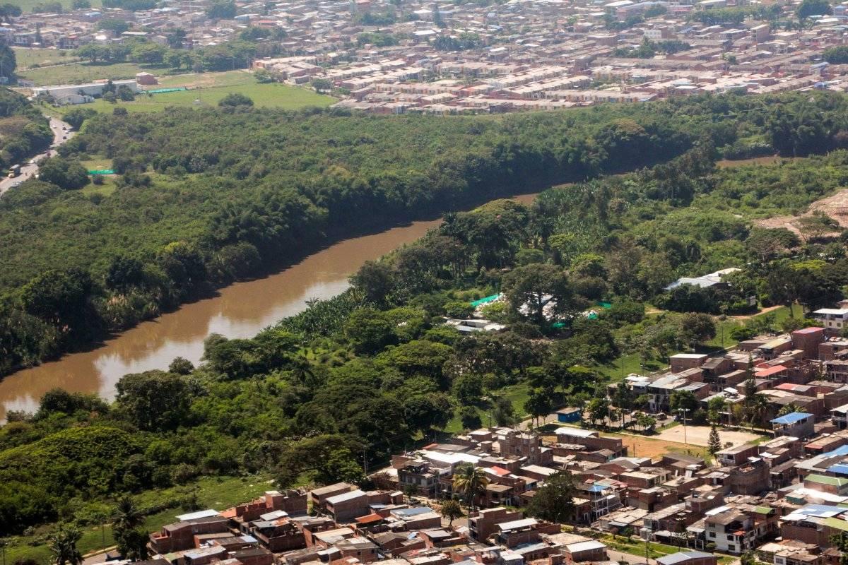 En el costado derecho del río se alcanzan a ver algunas viviendas cuyos habitantes deberán ser reasentados por el riesgo que implica permanecer en ese lugar. Foto: Hroy Chávez