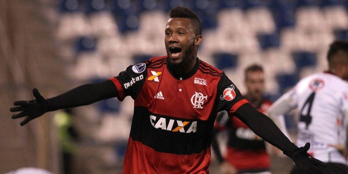 La U quiere solucionar sus problemas contratando a defensa del Flamengo
