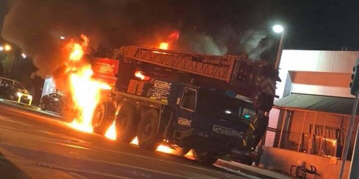 Iquique: camión chocó contra una bencinera y provocó al menos tres explosiones