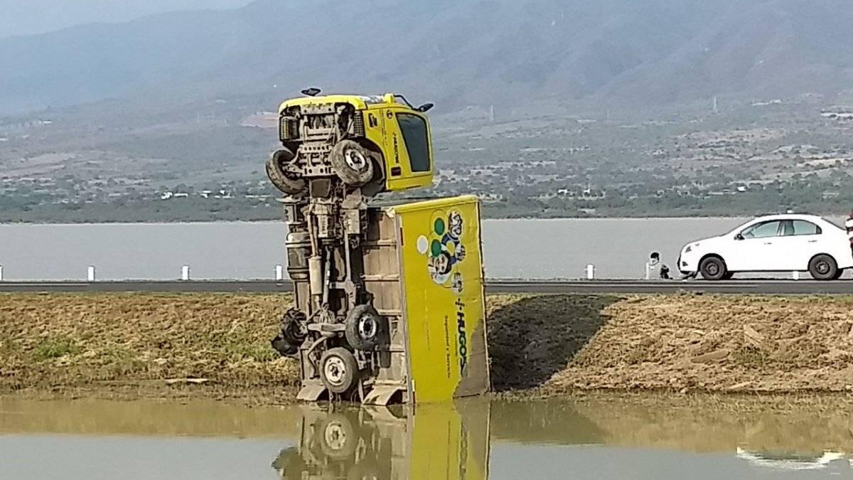 Vuelca camión en la autopista, queda
