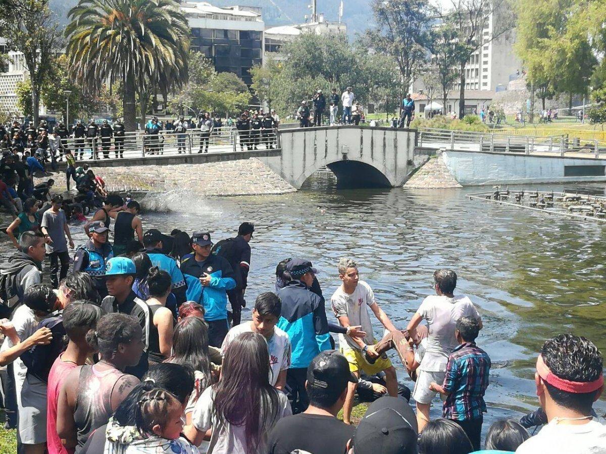 Policía Metropolitana rescato a jóvenes que se ahogaban en la laguna del parque 'Alameda'
