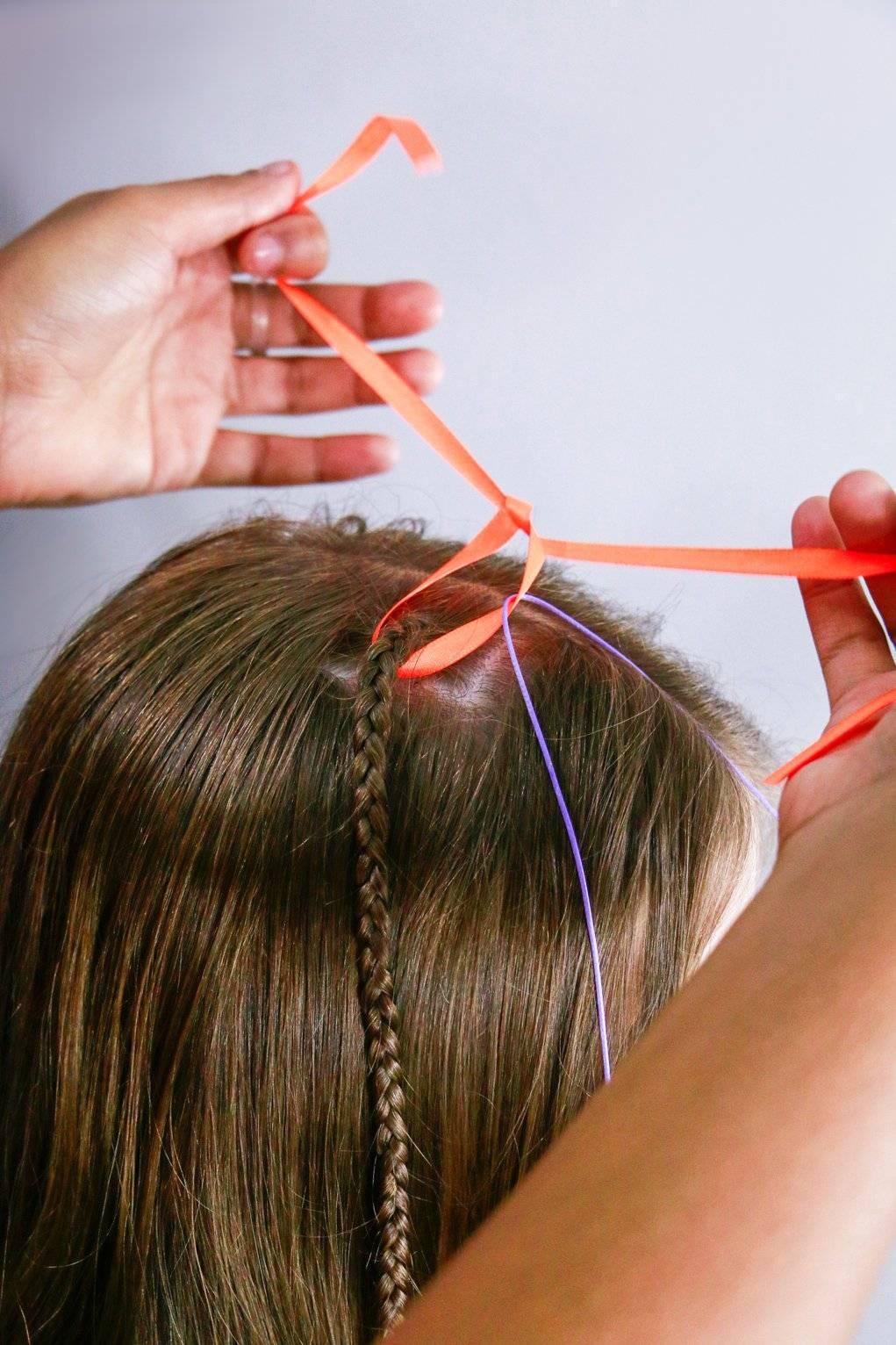 Pegue uma fita colorida e corte na medida do cabelo e também faça isso com uma linha encerada João Guizze/ Divulgação