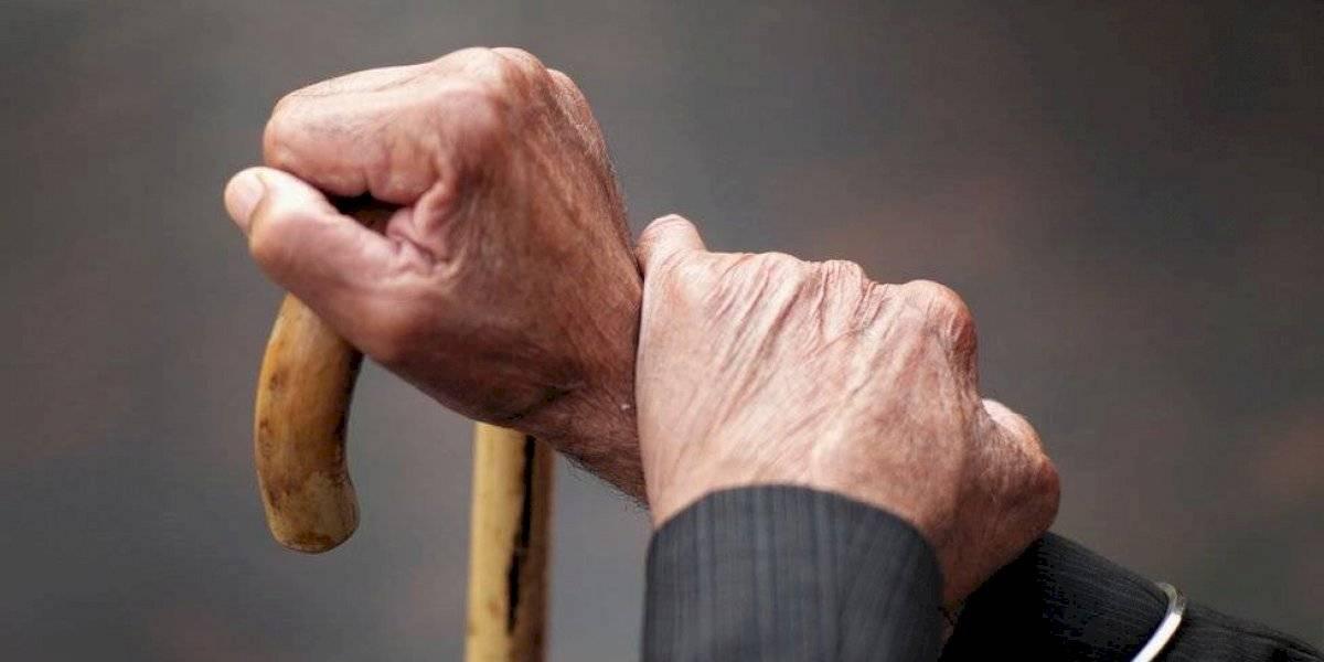 """Tras 57 años casados, anciano """"exhausto"""" de cuidar a su esposa enferma de Alzheimer la mata a tiros"""