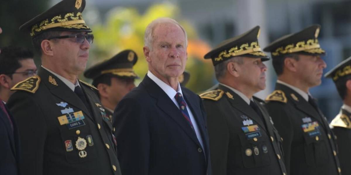 """Arzú condecora a cadetes que """"defendieron"""" la bandera de las manifestaciones"""