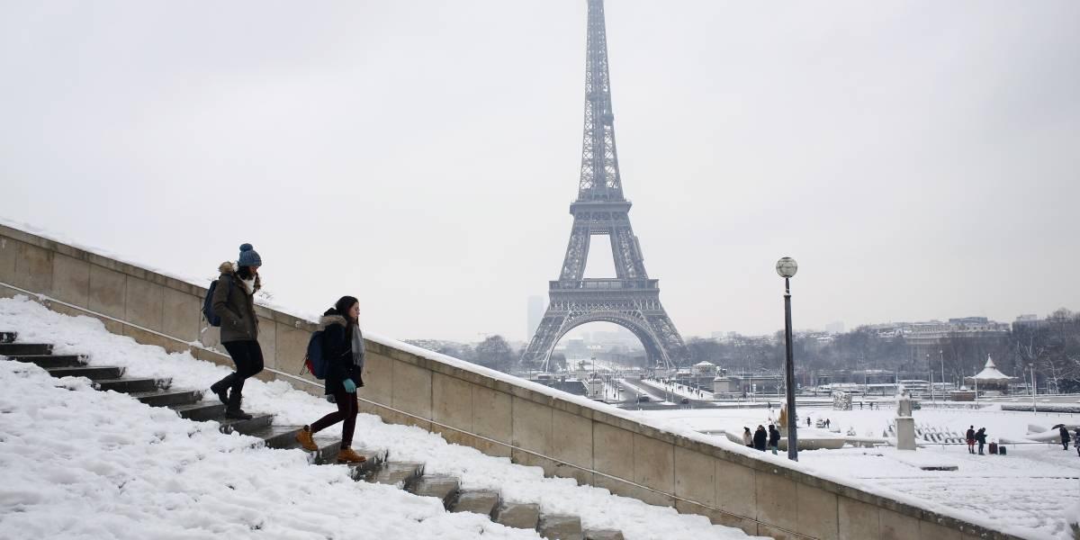 Cierran la Torre Eiffel por nevadas en París, Francia