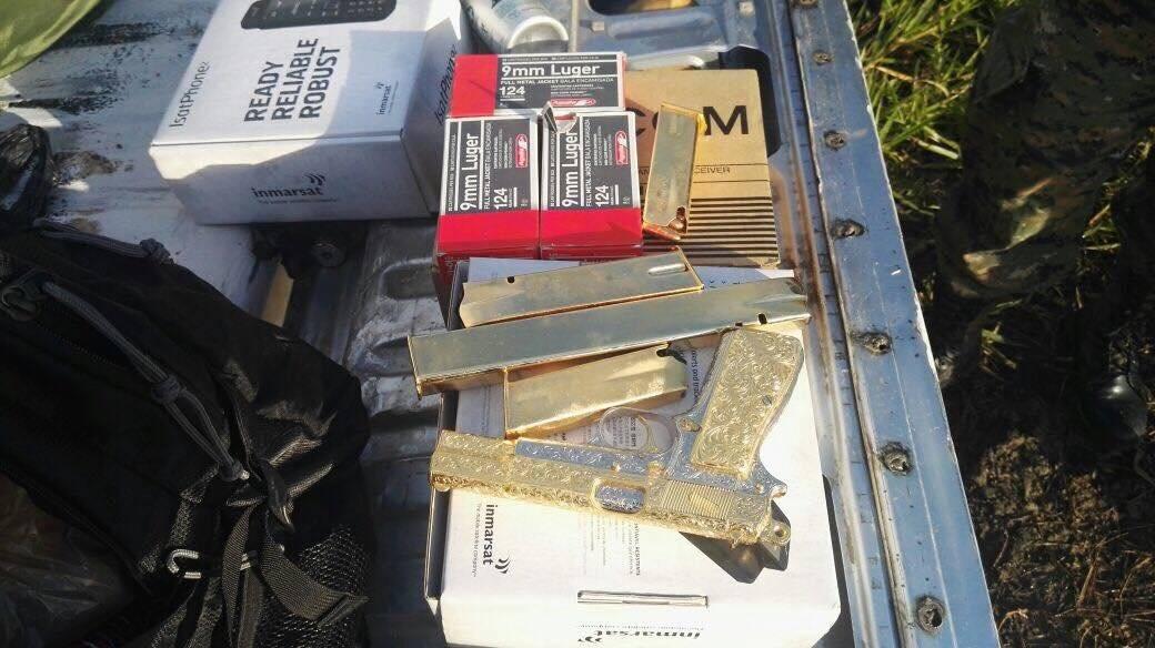 Tres armas de fuego bañadas en oro les encontraron a los capturados. PNC