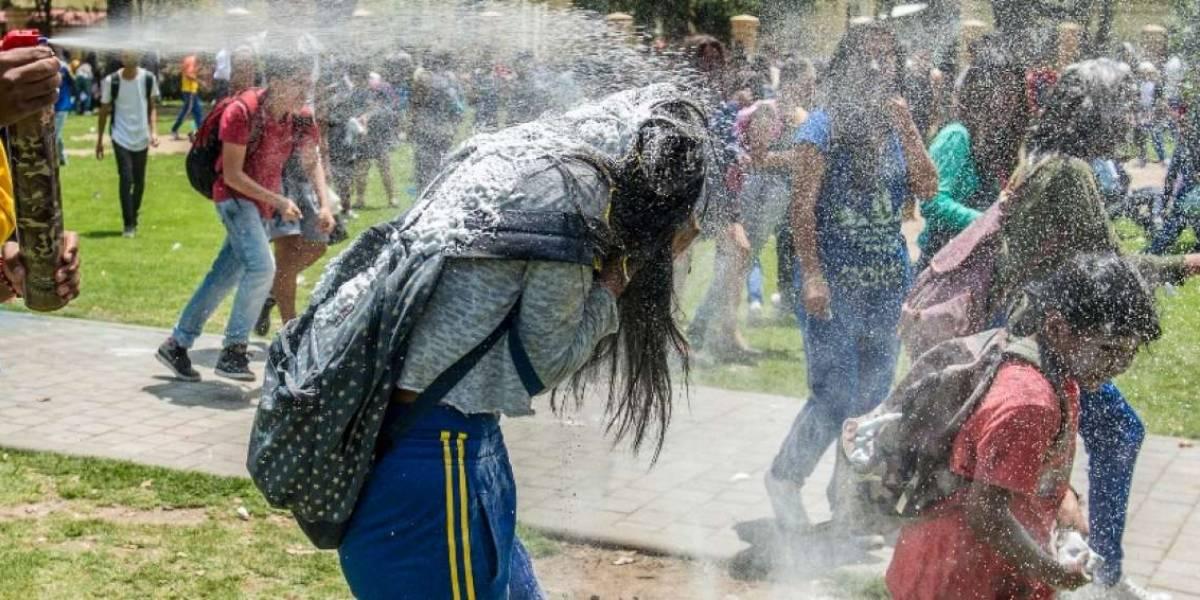 Cercos no impidieron que estudiantes festejen carnaval en La Alameda