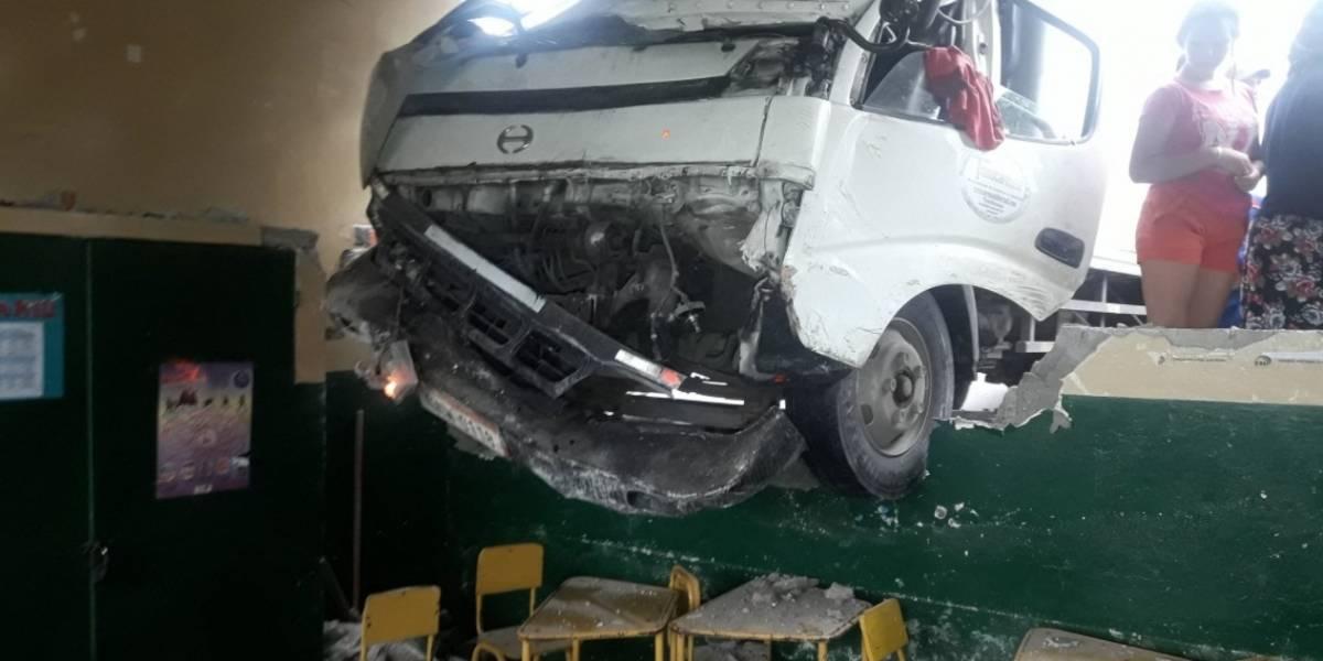 Niños heridos tras impacto de un camión contra escuela de Guayaquil