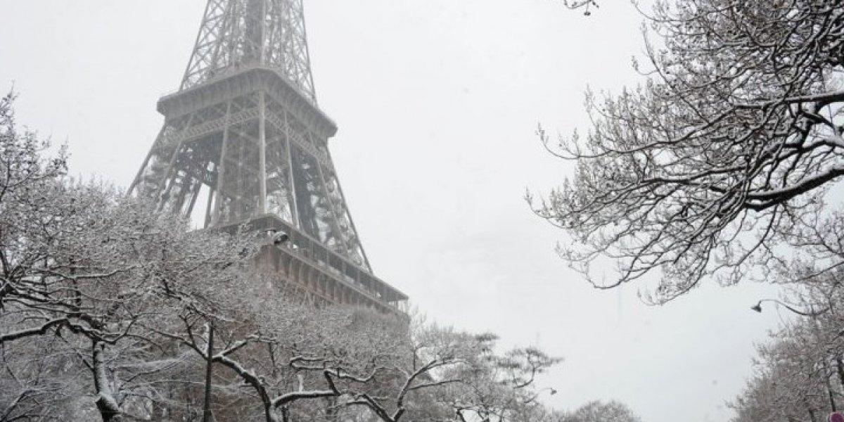 Cierran acceso a la Torre Eiffel por acumulación de nieve e intensas lluvias