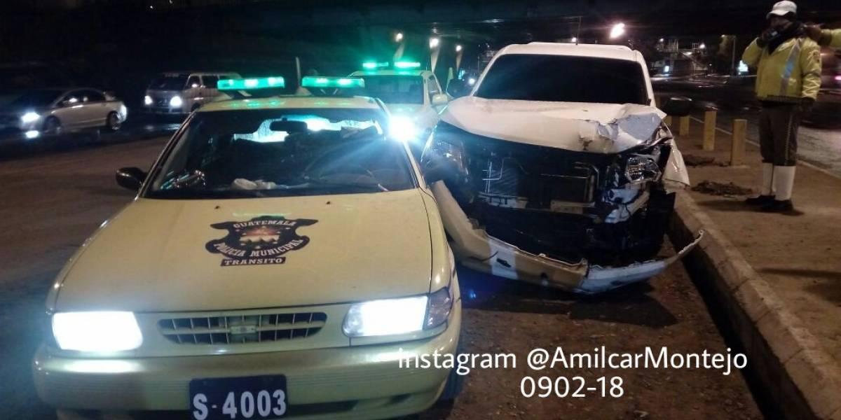 Conductor presuntamente ebrio colisiona patrulla y varias señales de tránsito
