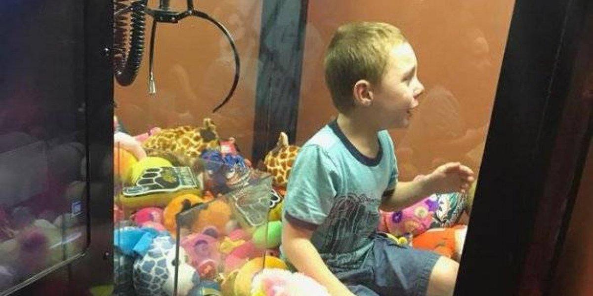 Garoto fica preso dentro de máquina de bichinhos de pelúcias; veja