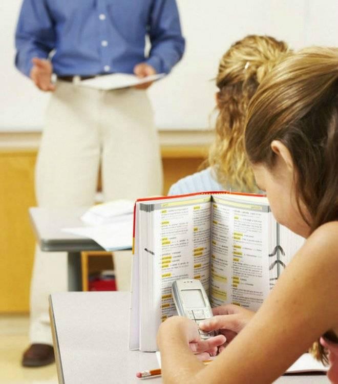 girltextingatschool.jpg