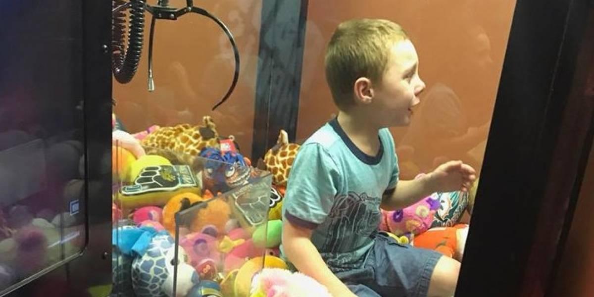 ¿Cómo lo hizo?, niño quedó atrapado en una máquina de peluches
