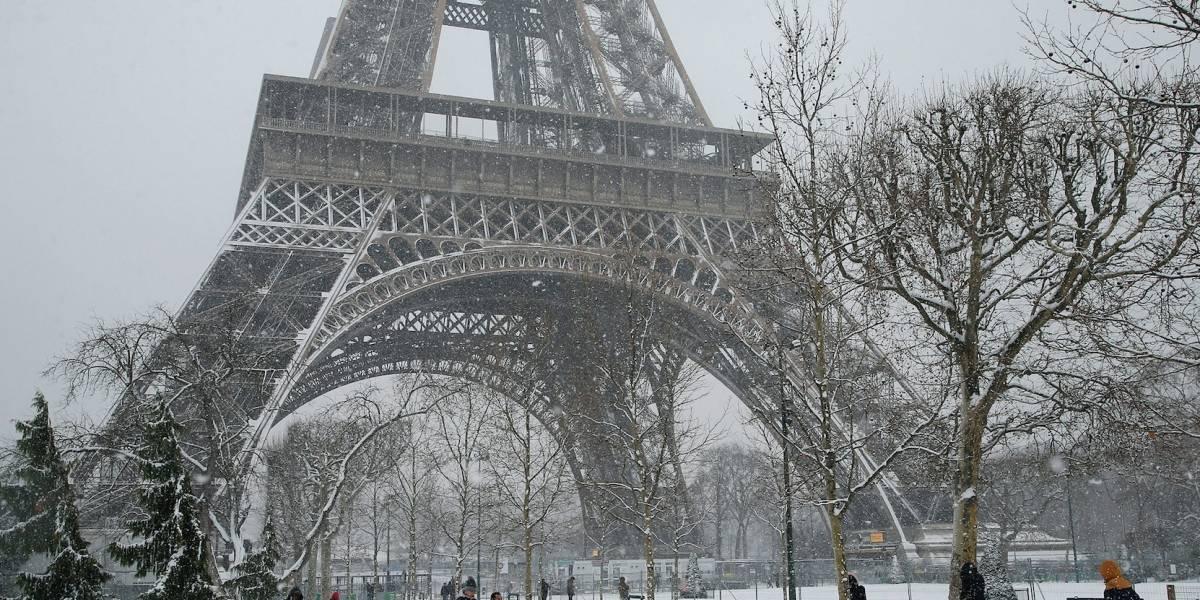 París cubierto de nieve asombra a turistas