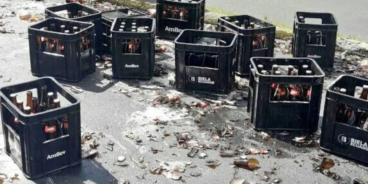 Jabas de cerveza derramada provocan cierre de vía en Quito