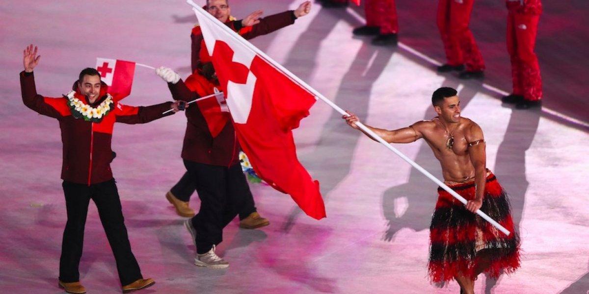 Abanderado de Tonga desfila semi desnudo en Juegos de Invierno