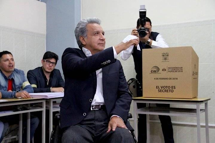 El presidente Lenin Moreno, quien planteó la convocaría a Referéndum y Consulta popular, votó en la Universidad Equinoccial de Quito.