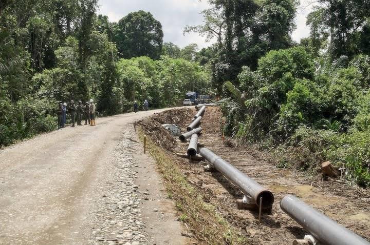 Miembros del ejército ecuatoriano y trabajadores de Petroamazonas vigilan la carretera que se construye al interior del Parque Nacional Yasuní y que conectará el campo Tambococha con el puerto Miranda.