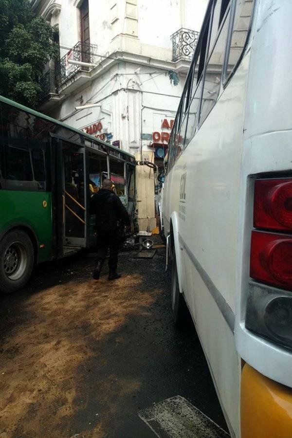 Accidente de autobuses deja 33 lesionados en el Centro tapatío