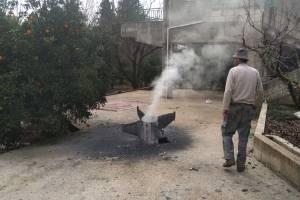 Un agricultor libanés inspecciona un misil, que según la agencia nacional de noticias del Líbano es parte de un misil de defensa aérea sirio contra un avión de combate israelí.
