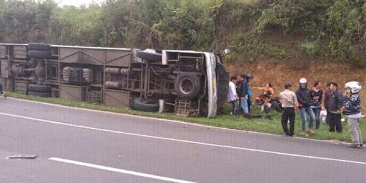 Tragedia en Jakarta: Micro turístico cayó desde una cuesta y fallecieron 27 pasajeros