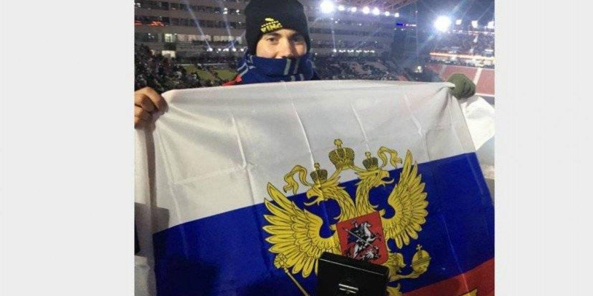 Joven estadounidense posa con bandera rusa en Juegos de Invierno