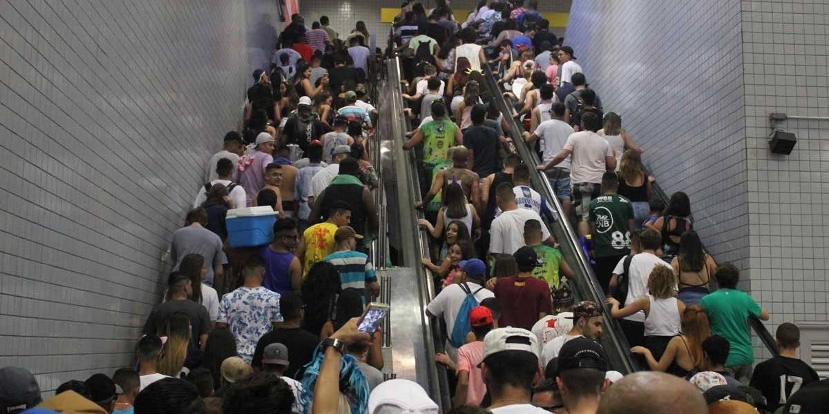 Foliões encontram metrô lotado após primeiro dia de carnaval em SP