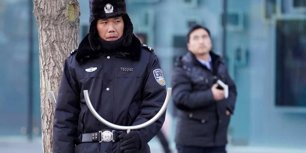 Homem esfaqueia pessoas em centro comercial de Pequim