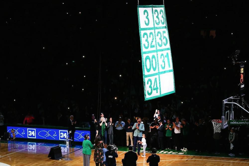 Su número quedó al lado de grandes leyendas como Larry Bird, Kevin McHale, entre otros. / Getty Images