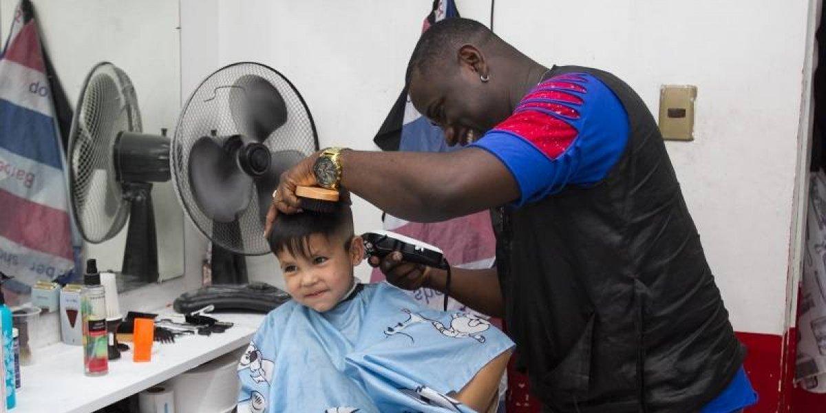 Dominicanos llevan el arte de pelar (y un poco de alegría) hasta Chile
