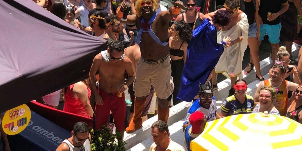 No carnaval das multidões, tradição cede passagem e funk ganha as ruas