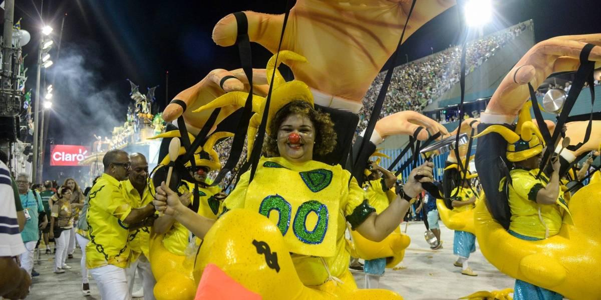 Crivella, 'pato da Fiesp' e mais fotos do primeiro dia de desfiles no Sambódromo do Rio