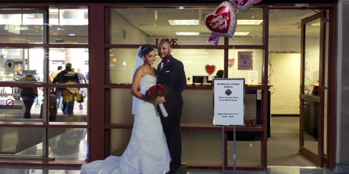 Aeropuerto de Las Vegas otorga licencias de matrimonio para novios con prisa