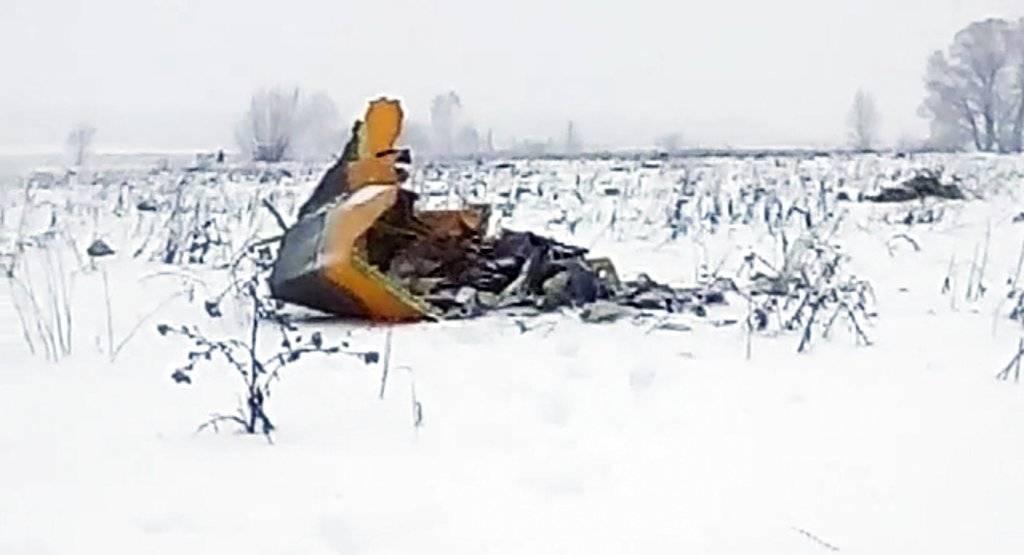 Esta imagen muestra los restos del avión caído en Rusia cerca de la aldea de Stepanovskoye, el domingo 11 de febrero del 2018. Foto tomada de video de la agencia de noticias Life.ru. (Life.ru vía AP)