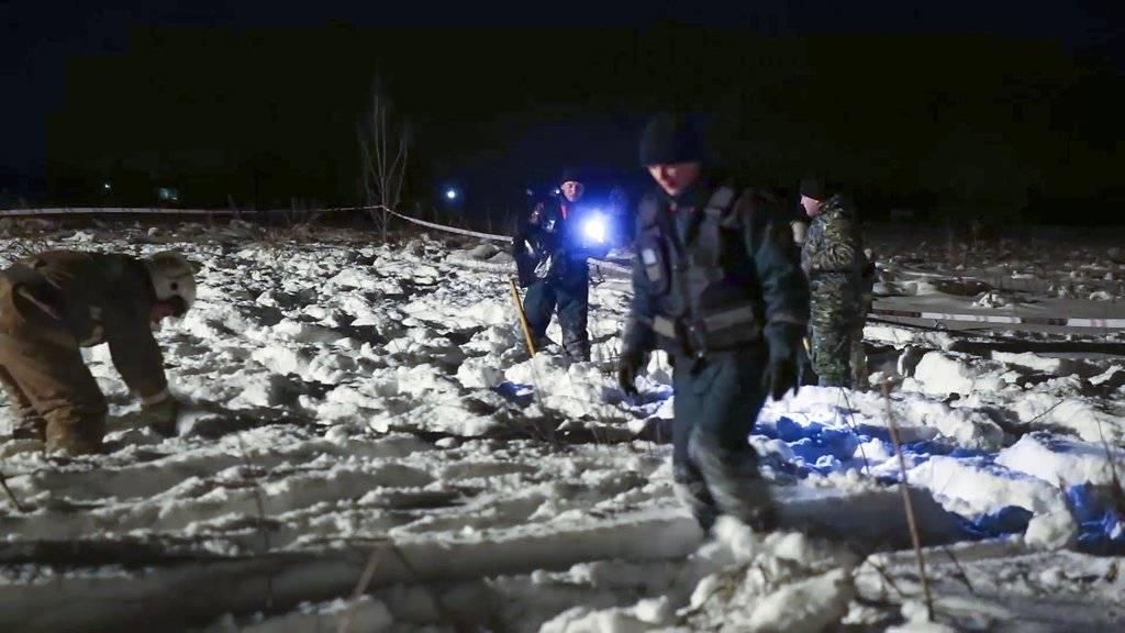 En esta fotografía proporcionada por el Ministerio de Situaciones de Emergencia de Rusia se muestra el lugar donde se accidentó un avión An-148 de Saratov Airlines, a unos 40 kilómetros (25 millas) de distancia del Aeropuerto de Domodedovo, en Rusia, el d