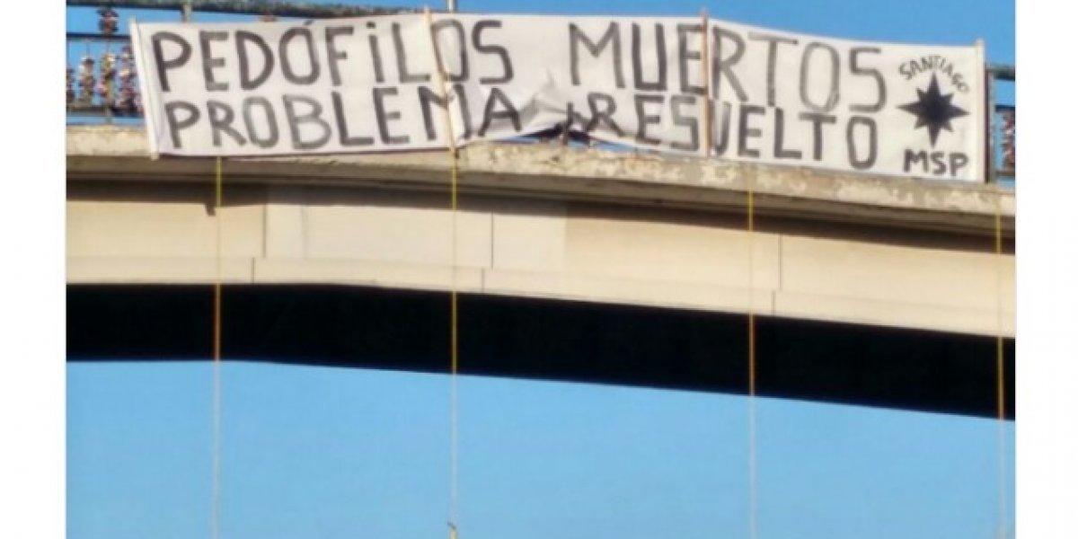 """""""Pedófilos muertos problema resuelto"""": la polémica protesta en el """"Puente de los candados"""" en la que aparecen cuatro muñecos colgados"""