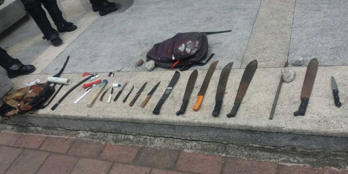 Cuatro detenidos por portar machetes y cuchillos afuera del estadio Atahualpa